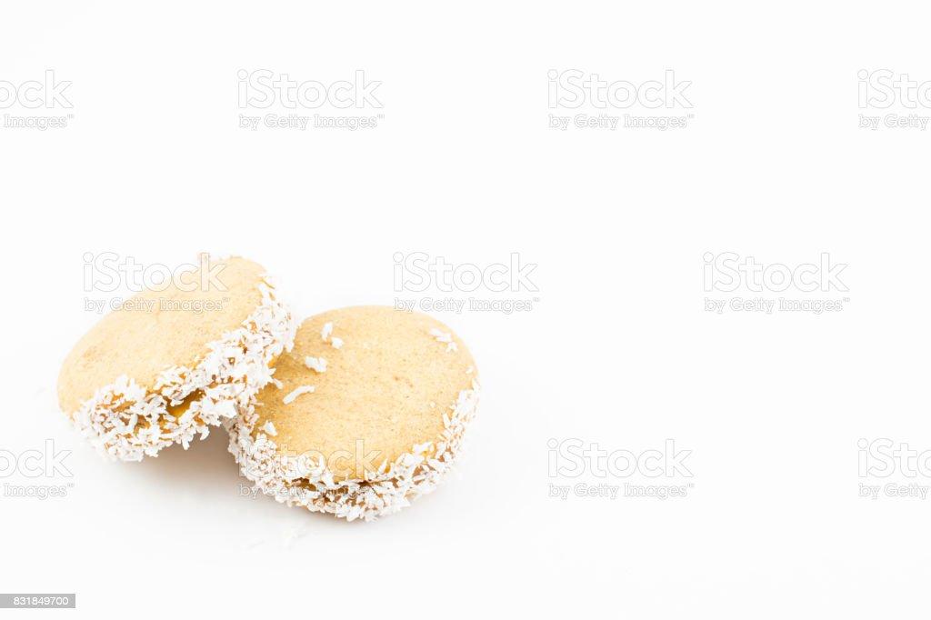 Alfajor de maicena, dulce de leche y coco rallado. - foto de stock