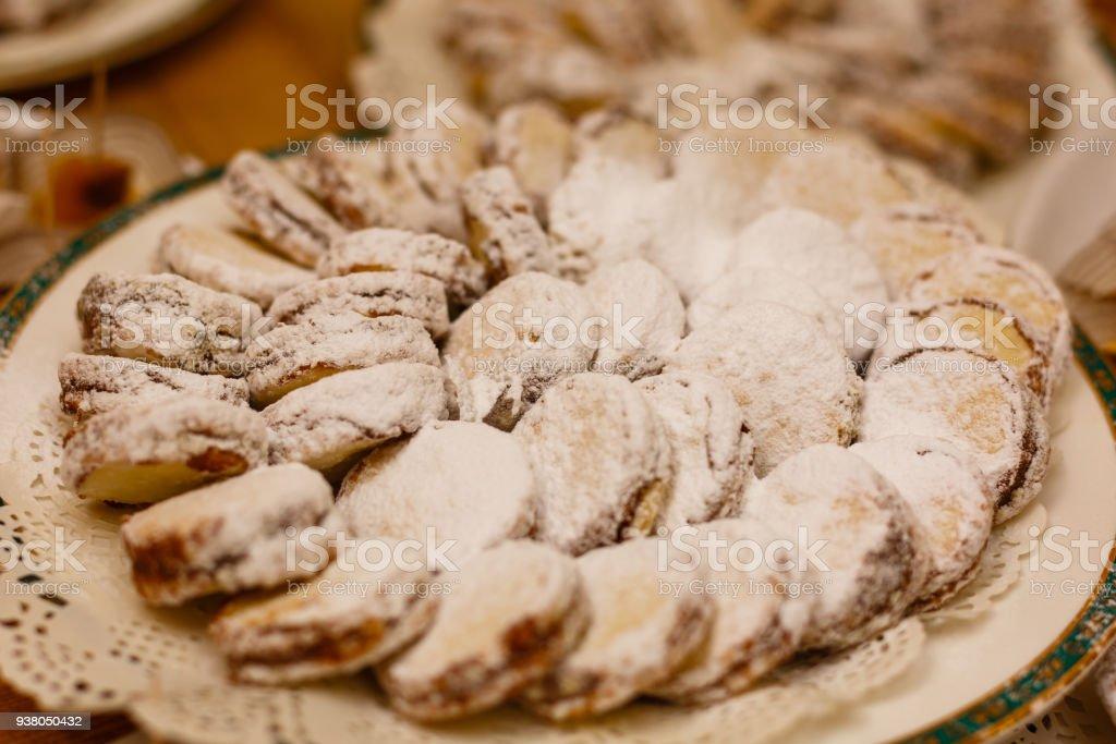 Alfajores recién horneados closeup de las galletas en un plato sobre la mesa. horizontal - foto de stock