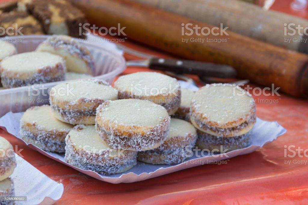 alfajores de maicena con dulce de leche típico de la gastronomía Argentina - foto de stock