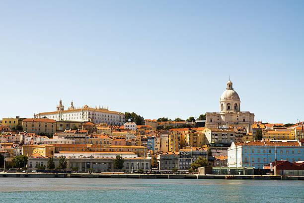 Alfama-Viertel von Lissabon wie gesehen von den Fluss Tajo – Foto