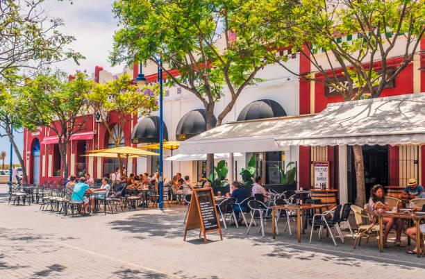 Alfresco-Restaurants in Restaurants in Plaza La Lota, Ayamonte, Spanien – Foto
