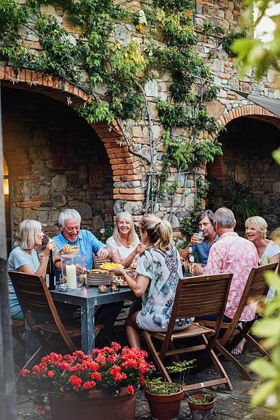 speisen im freien - toskana ferien stock-fotos und bilder