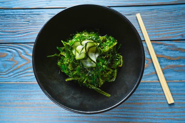 alger sallad med gurka sesamolja och soja - sjögräs alger bildbanksfoton och bilder