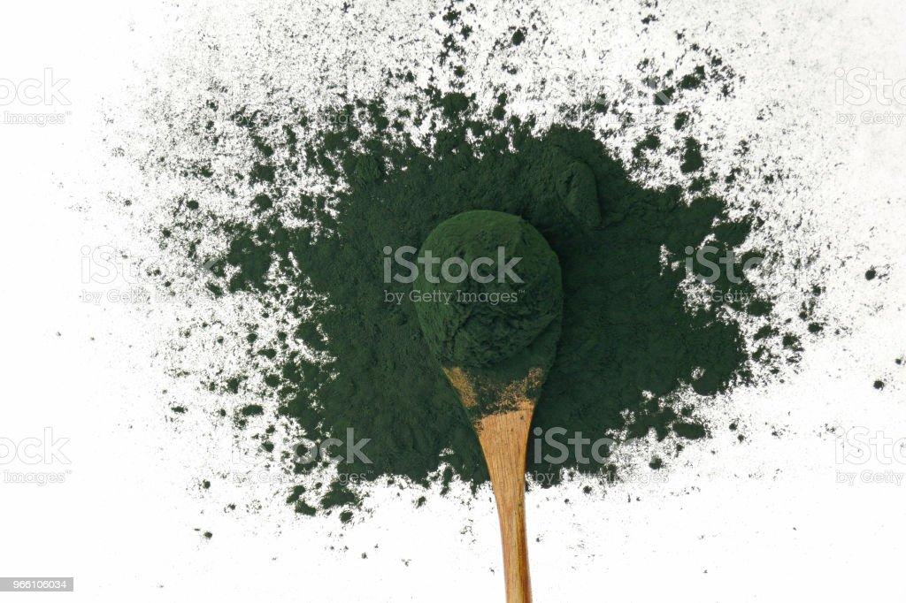 Alger spirulina. Spirulina pulver i en träsked isolerad på vit bakgrund. Super mat. tång. - Royaltyfri Alger - Växt Bildbanksbilder