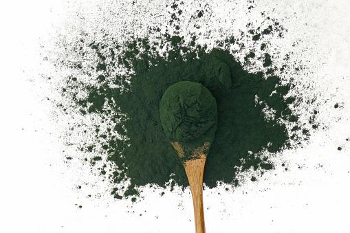 Alger Spirulina Spirulina Pulver I En Träsked Isolerad På Vit Bakgrund Super Mat Tång-foton och fler bilder på Alger - Växt
