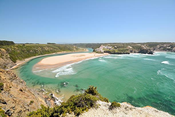 Algarve vista para a Praia de Odeceixe, surfista Beach Aljezur Portugal - foto de acervo