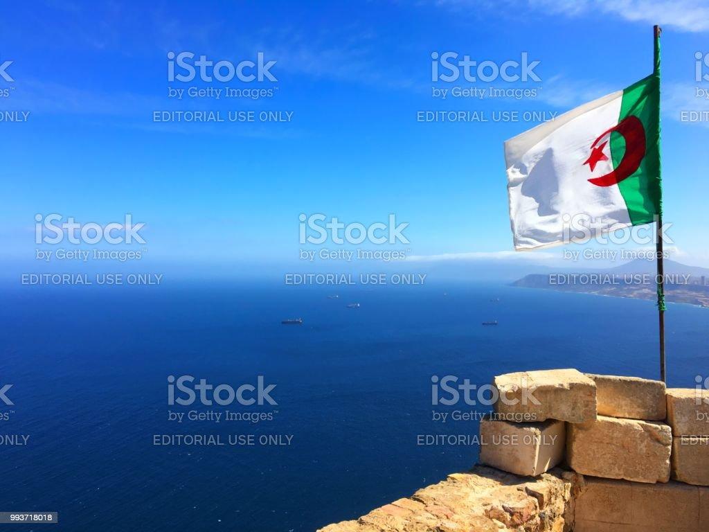 Bandera argelina en el fuerte de Santa Cruz, Orán (وهران) - foto de stock