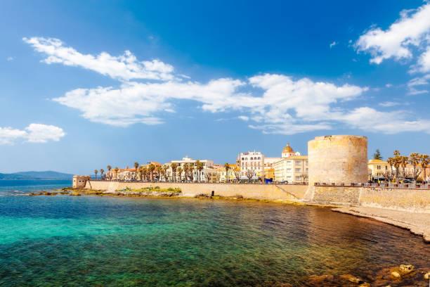 alghero medieval old town, torre di sulis - sardegna foto e immagini stock