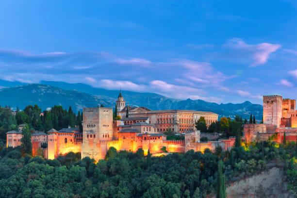 夕方にはグラナダ、アンダルシア、スペインのアルハンブラ宮殿 - スペイン グラナダ ストックフォトと画像
