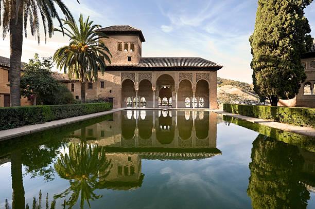 アルハンブラ宮殿、最適な反射グラナダで、スペイン - ムーア様式 ストックフォトと画像