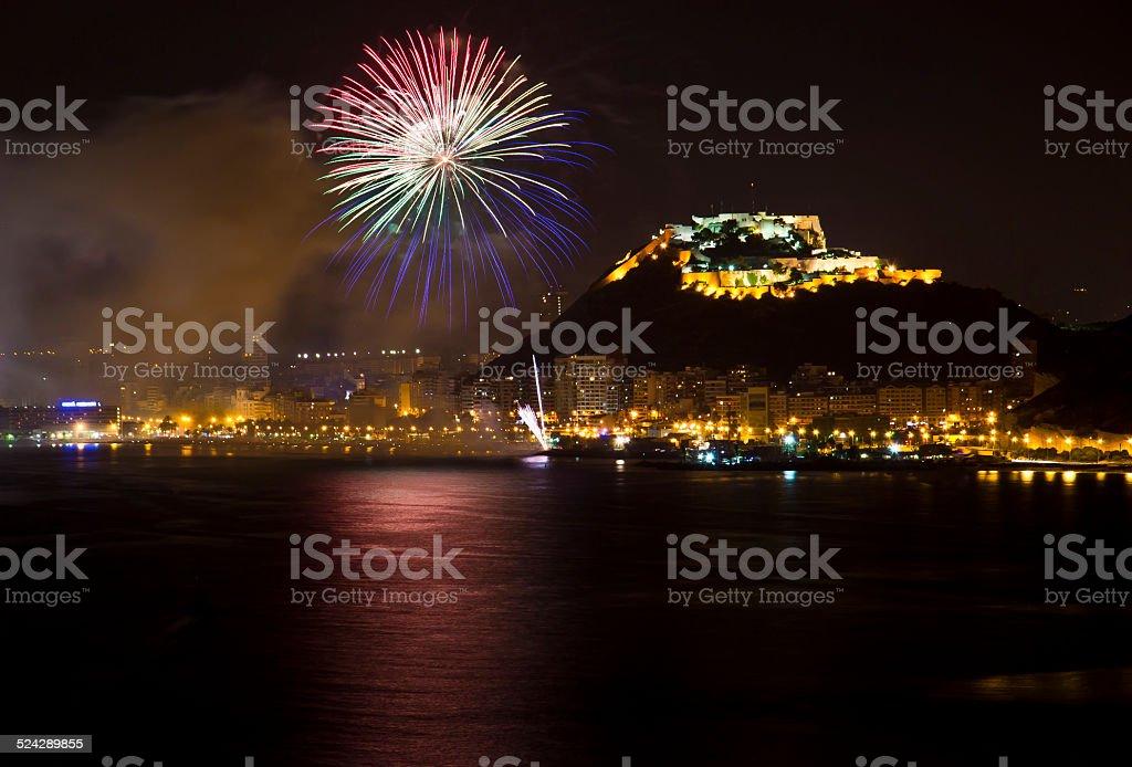 Alicante Stadt bei Nacht mit Blau und Rot auf das Feuerwerk – Foto