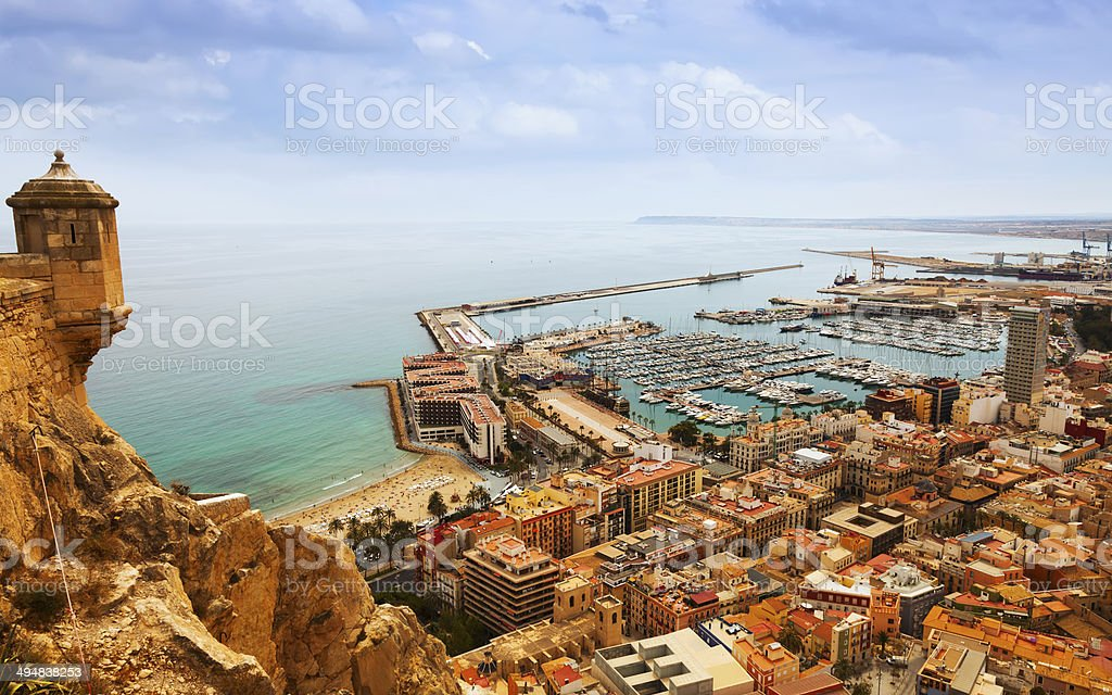 Alicante com ancorados barcos do castelo.  A Espanha foto de stock royalty-free