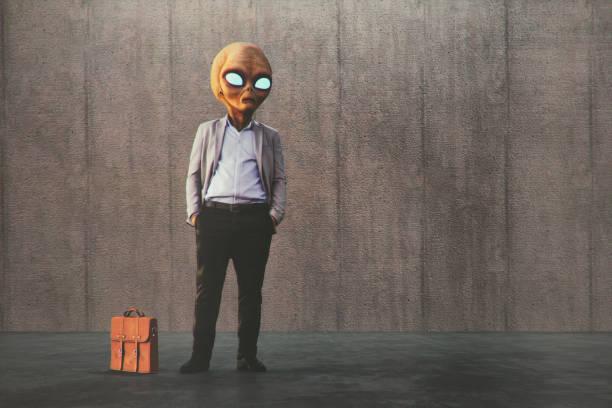 buitenaardse zakenman te wachten op de straat - buitenaards wezen stockfoto's en -beelden