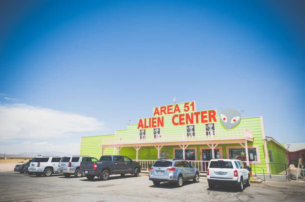 centro alienígena en el área 51 - numero 51 fotografías e imágenes de stock