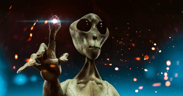 alien uit outer space staat voor sky gevuld met sterren die proberen te communiceren - buitenaards wezen stockfoto's en -beelden