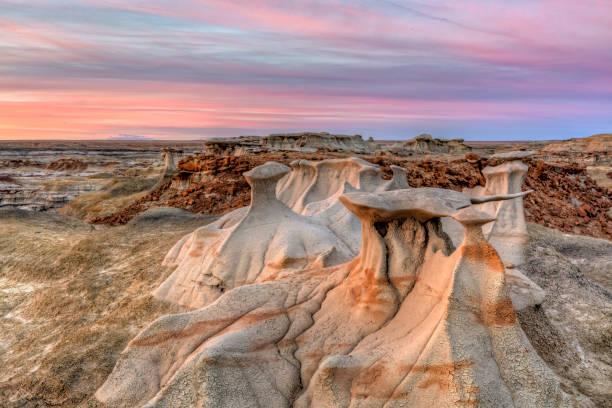 sandstein-sunset in bisti badlands - colorado plateau stock-fotos und bilder