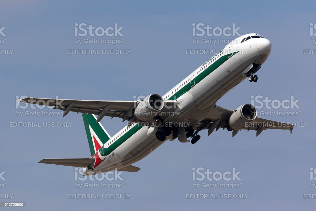 Alitalia A321 climbing after take off - foto de acervo