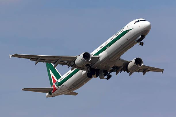 Alitalia A321 climbing after take off - foto de acervo