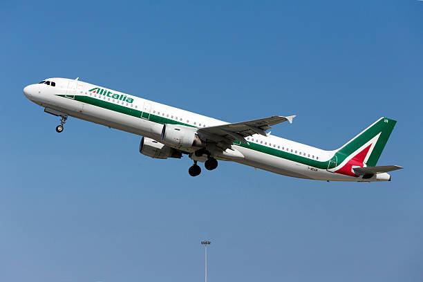 A Alitalia A321 decola - foto de acervo