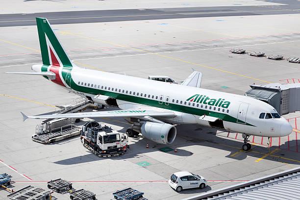 A Alitalia Airbus A320 no Aeroporto de Frankfurt - foto de acervo