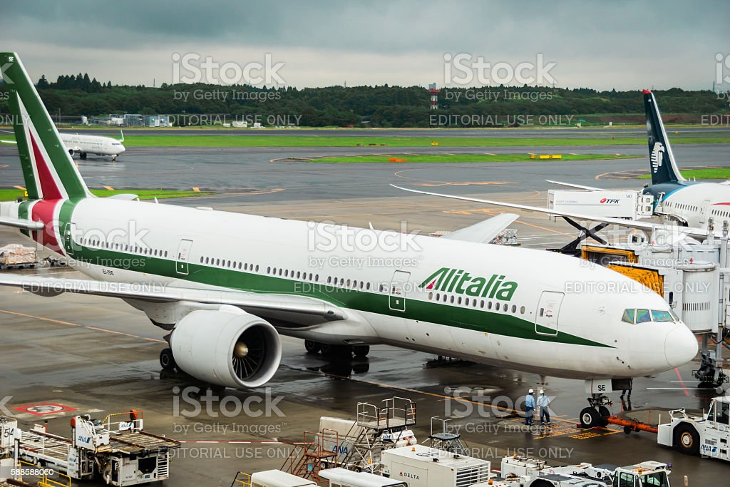 Alitalia aircraft Boeing 777 at Narita International Airport, Japan. - foto de acervo