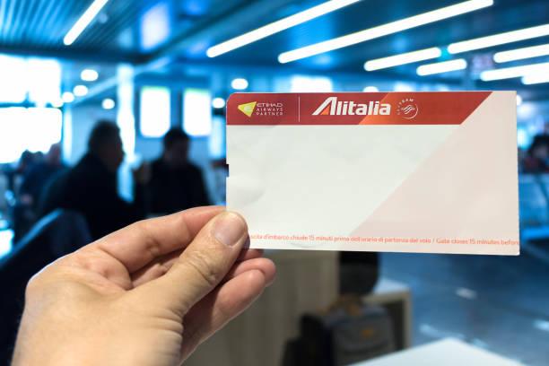 Alitalia companhia aérea de embarque. - foto de acervo