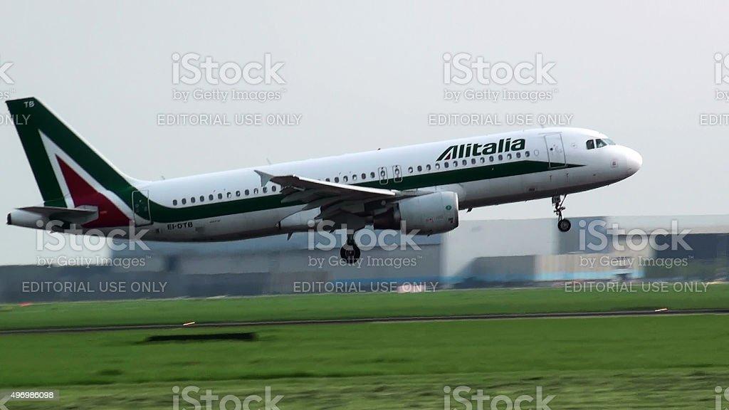 Alitalia aereo discesa per l'atterraggio all'aeroporto Schiphol di Amsterdam - foto stock