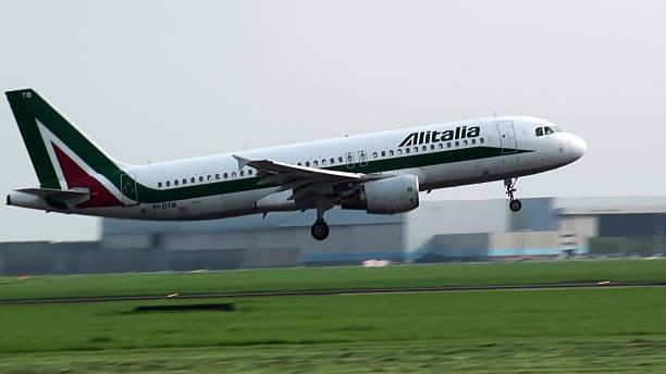 A Alitalia descer do avião pousando no Aeroporto Schiphol de Amsterdã - foto de acervo