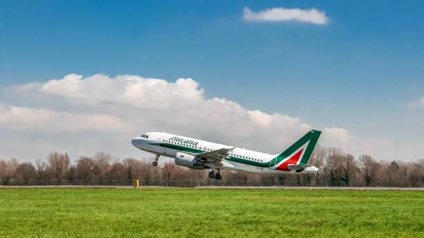 Alitalia avião decolando na pista - foto de acervo