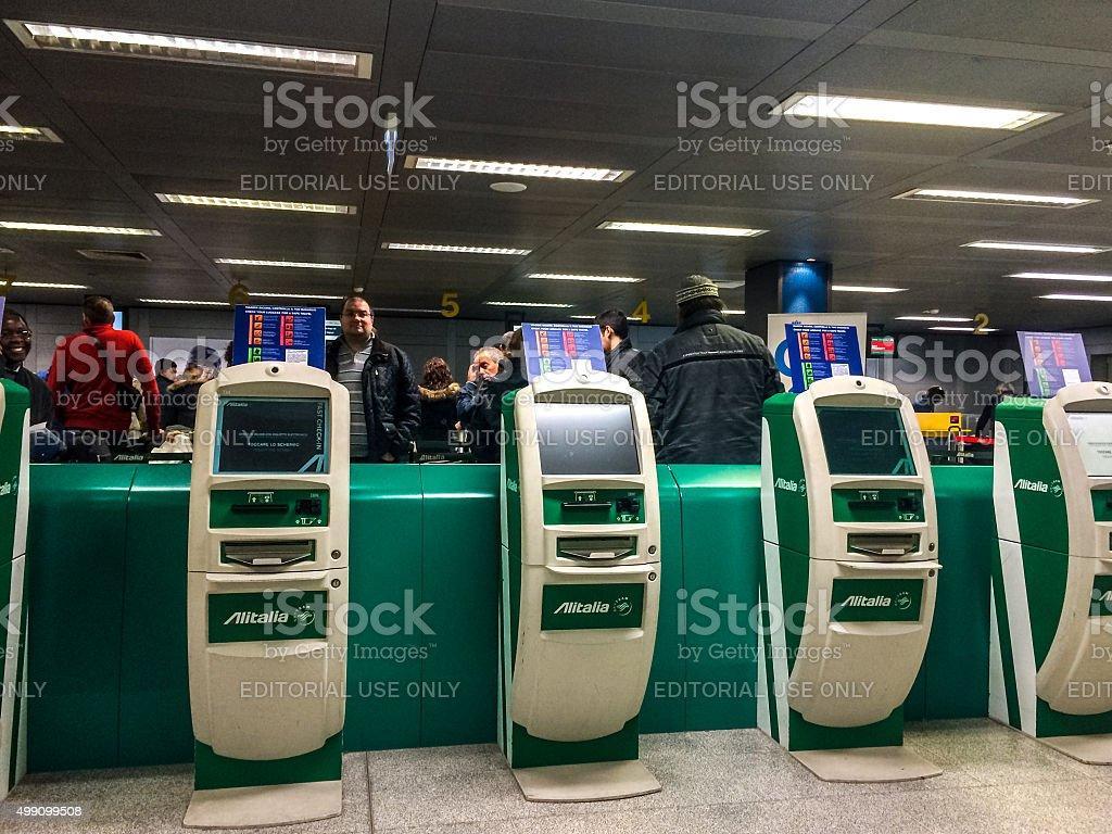 Alitalia Check-in in aeroporto di Linate, Milano - foto stock