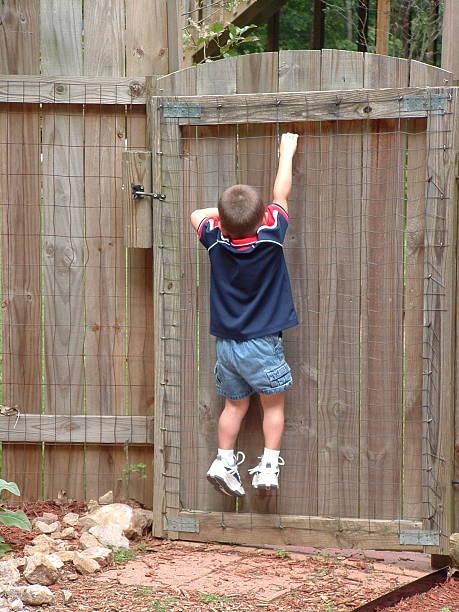 alle jungen-escape artist - arbeiten von schülern aufhängen stock-fotos und bilder