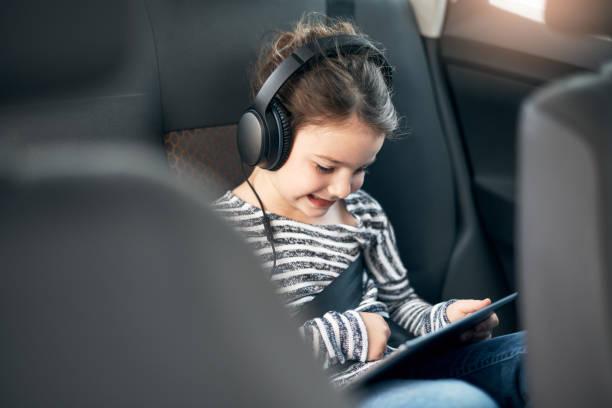 シートベルトし、オンラインの世界に接続しているすべて - ゲーム ヘッドフォン ストックフォトと画像