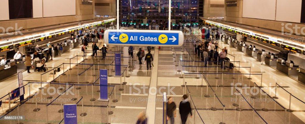 Todas as portas Cadastre-se no aeroporto com pessoas check-in - foto de acervo