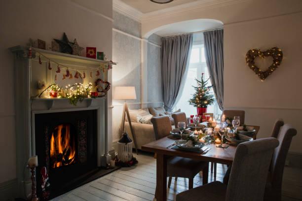 alles vorbereitet für das weihnachtsessen - weihnachtlich beleuchtete häuser stock-fotos und bilder