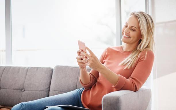 Die Unterhaltung, die sie direkt in ihr Handy braucht – Foto