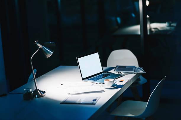 todas las herramientas necesarias para el turno tarde - trabajar hasta tarde fotografías e imágenes de stock