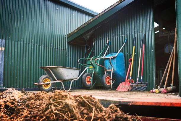 alle hulpmiddelen klaar voor de oogst - kruiwagen met gereedschap stockfoto's en -beelden