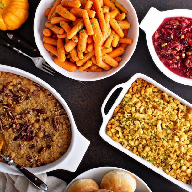 alle traditionellen thanksgiving-beilagen - beikost stock-fotos und bilder