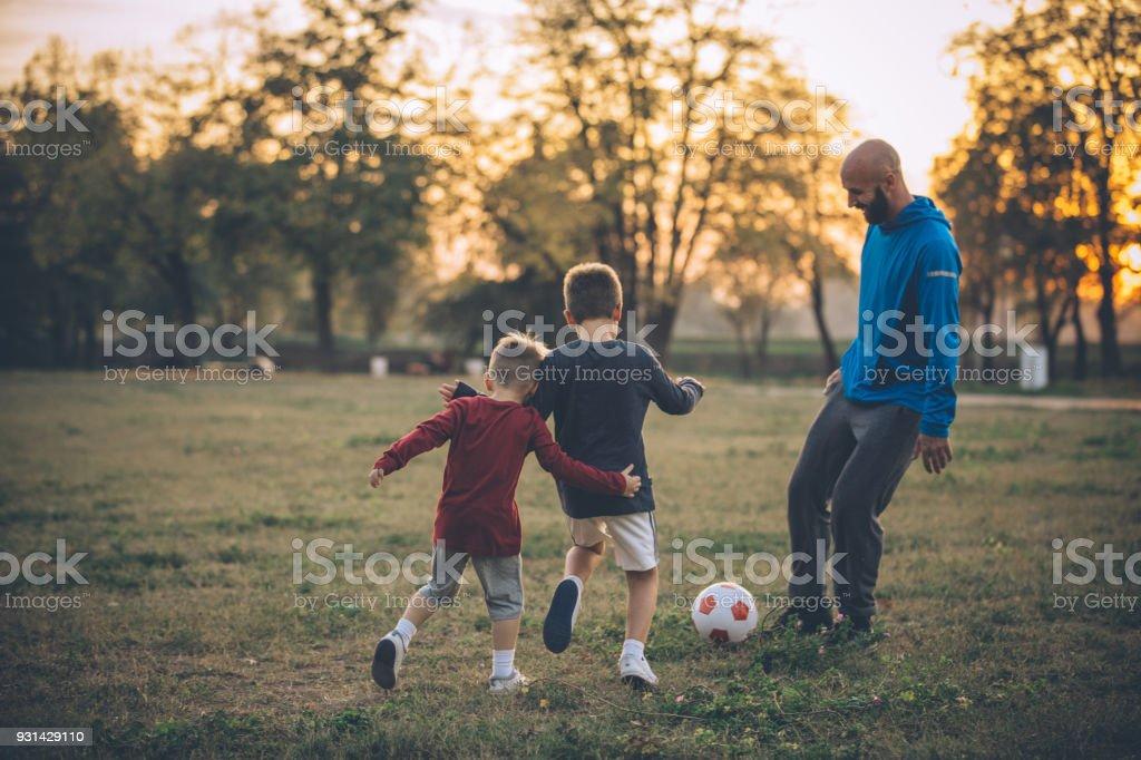 Alles was wir brauchen ist ein Fußball und ein Teil der grünen Wiese – Foto