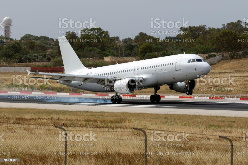Todos blancos A320 aterrizaje - foto de stock