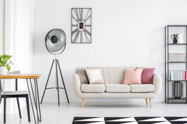 alle weißen raum mit sofa - uhrenhalter stock-fotos und bilder