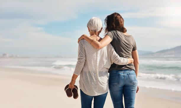 todo lo que necesitas es familia... y la playa - hija fotografías e imágenes de stock