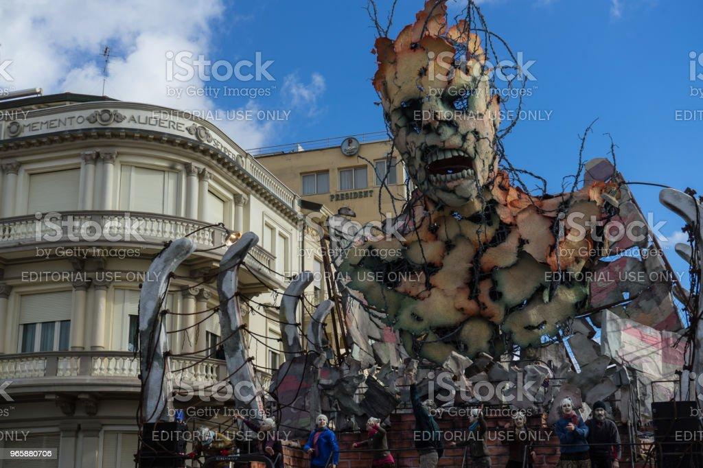 De winnaar van de allegorische wagen van Viareggio carnaval wedstrijd symboling van migranten. Venetië (Italië), februari 2017 - Royalty-free Carnaval - Feestelijk evenement Stockfoto