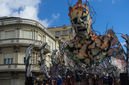 De Winnaar Van De Allegorische Wagen Van Viareggio Carnaval Wedstrijd Symboling Van Migranten Venetië Februari 2017 Stockfoto en meer beelden van Carnaval - Feestelijk evenement