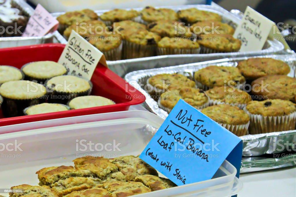 Artículos de alergia en una venta de pasteles - foto de stock