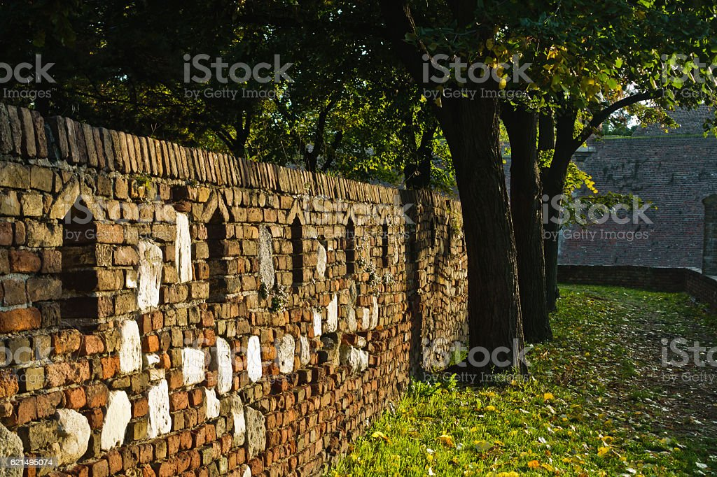 Alley along an old fortress wall, detail from Kalemegdan park photo libre de droits