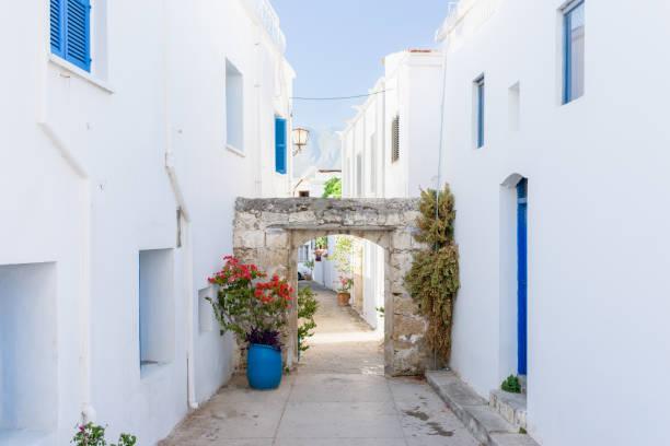 Gasse zwischen wunderschönen weißen und blauen Häusern – Foto