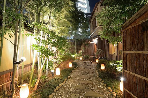 gasse in japan - japanische lampen stock-fotos und bilder