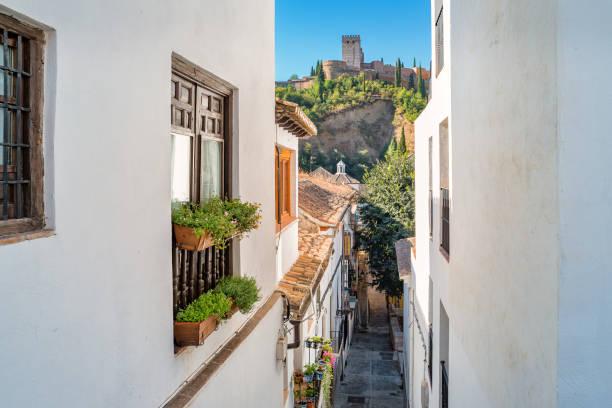 旧市街のアルバイシン地区の路地グラナダアンダルシアスペイン - スペイン グラナダ ストックフォトと画像