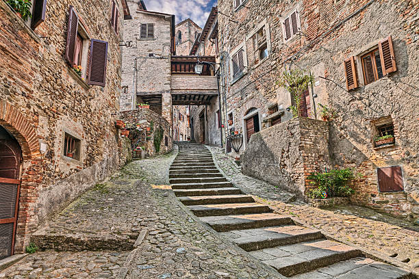 alley in the medieval village Anghiari, Arezzo, Tuscany, Italy picturesque old narrow alley with staircase in the medieval village Anghiari, province of Arezzo, Tuscany, Italy arezzo stock pictures, royalty-free photos & images